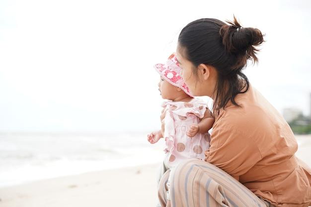 Mère et petite fille profitant de la plage. belles vacances d'été en famille.