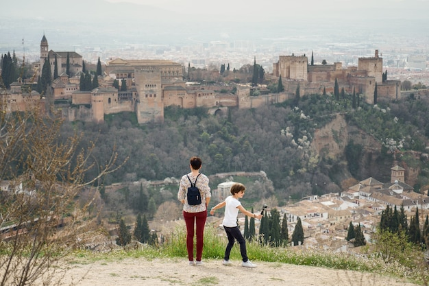 Mère et petite fille regardant l'alhambra