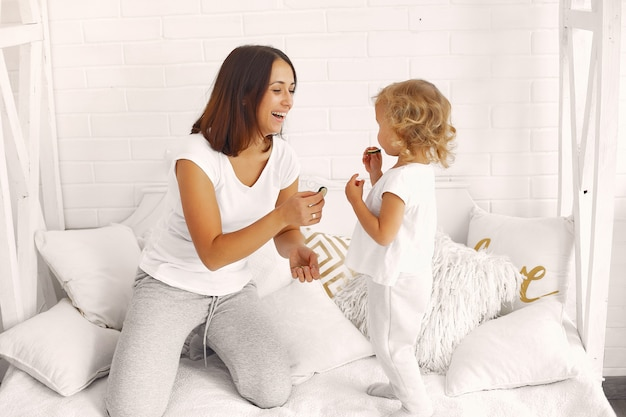 Mère et petite fille s'amusant à la maison