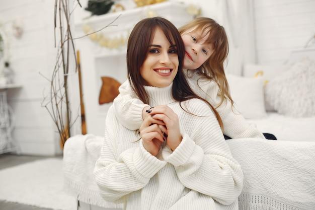 Mère et petite fille s'amusent à la maison