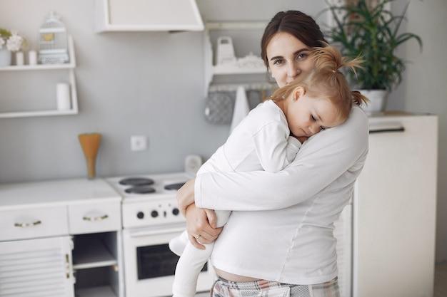 Mère avec petite fille s'amuser à la maison