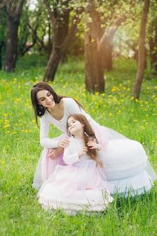 Mère et petite fille se promènent au printemps fleurissent apple