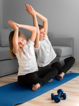 Mère et petite fille sport routine