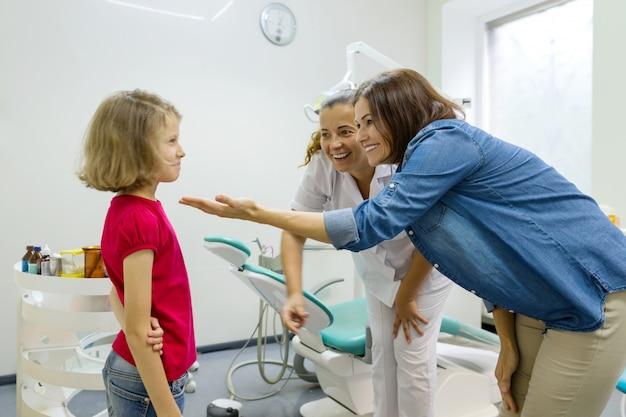 Mère et petite fille visitant un dentiste pédiatrique