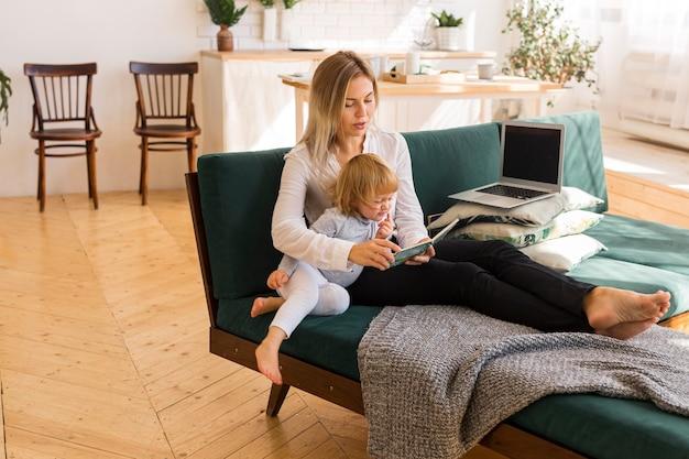 Mère pleine lecture à l'enfant