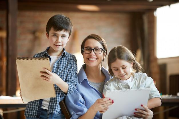 Mère posant avec deux enfants