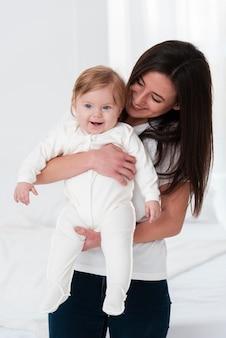 Mère pose avec bébé