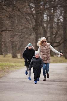 Mère poursuivant son fils dans le parc