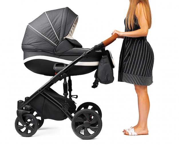 Mère avec une poussette bébé isolé sur blanc
