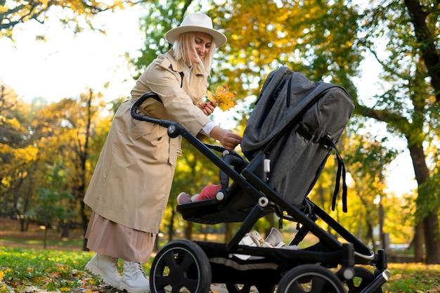 Mère avec poussette bébé marche