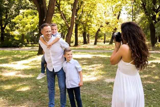 Mère prenant une photo de sa famille
