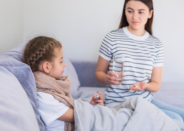 Mère prenant soin de sa fille malade