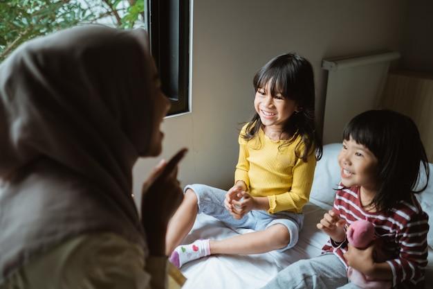 Mère racontant des histoires à ses filles