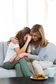 Mère réconforte sa fille à la maison