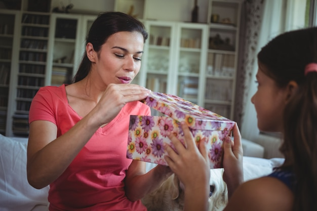 Mère regardant le cadeau surprise offert par sa fille
