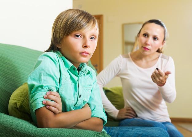 Mère, réprimander, fils adolescent