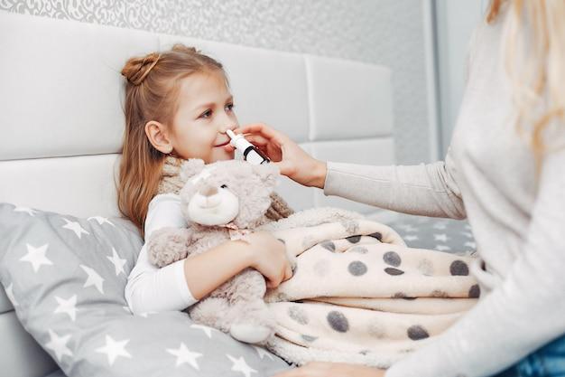 Mère avec sa fille illnes dans une chambre à coucher