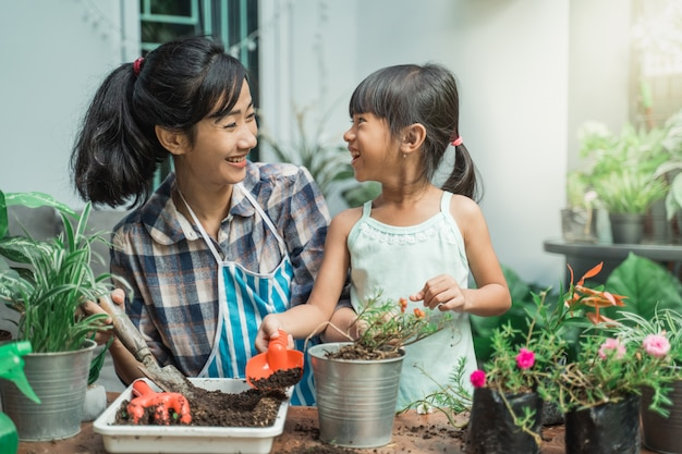 Mère et sa fille jardiner ensemble