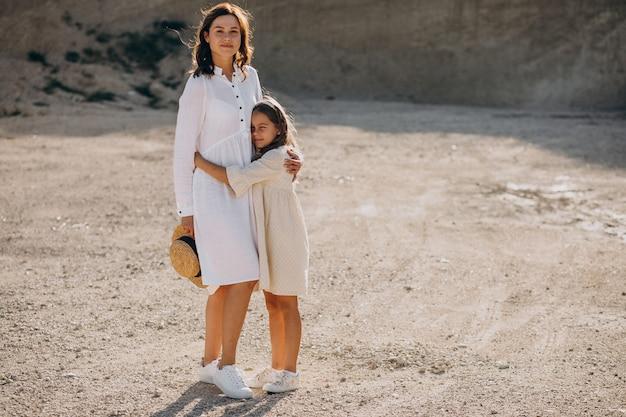 Mère avec sa fille s'amusant ensemble