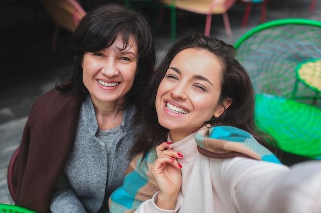 Mère et sa jeune fille s'assoient ensemble dans le café