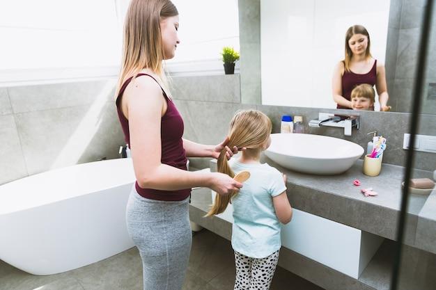 Mère se brosser les cheveux de la fille