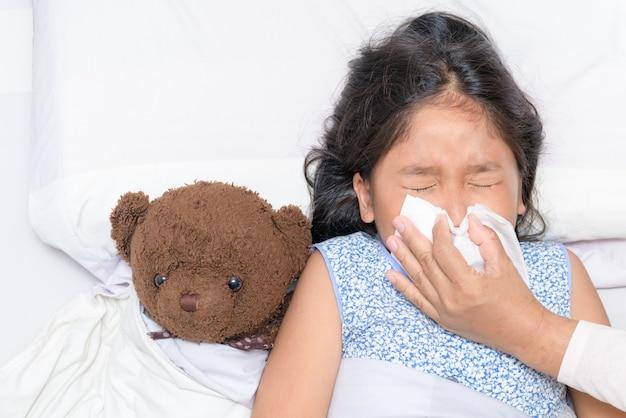 Mère se moucher le nez de sa fille