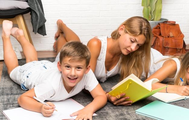 Mère avec ses deux enfants à l'intérieur et étudiant