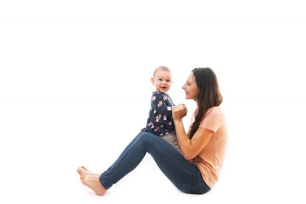 Une mère et son bébé lier ensemble isolé sur fond blanc