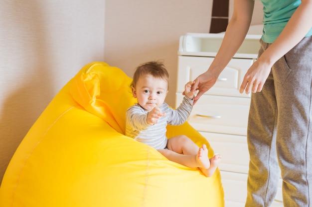 Mère et son bébé. maman joue avec un enfant qui rit. famille à la maison
