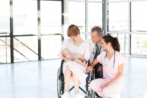 Mère avec son bébé nouveau-né et les médecins avec copie-espace