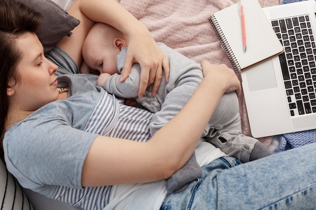 Mère avec son enfant à la maison