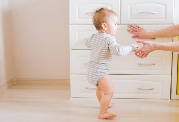 Mère et son enfant. maman joue avec un enfant qui rit. famille à la maison