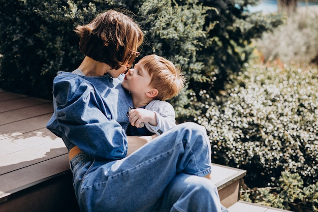 Mère avec son fils assis sur les escaliers