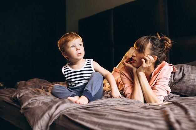 Mère avec son fils au lit