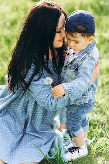 Mère avec son fils dans la nature