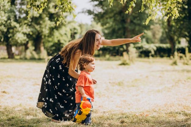 Mère avec son petit fils ensemble dans le parc