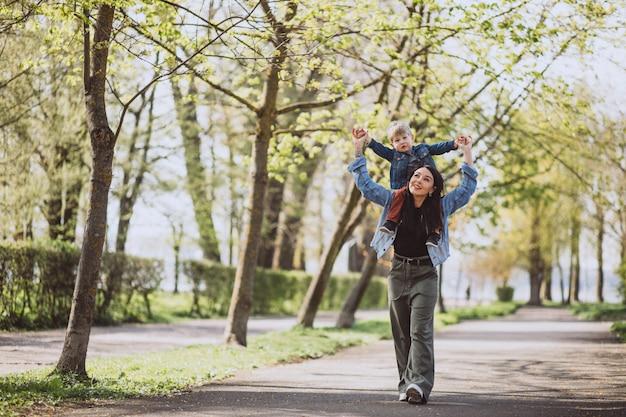 Mère avec son petit fils s'amuser dans le parc