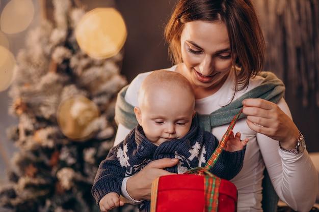 Mère avec son petit garçon célébrant noël
