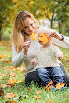 Mère et son petit garçon, profitant de la journée d'automne dans le parc.