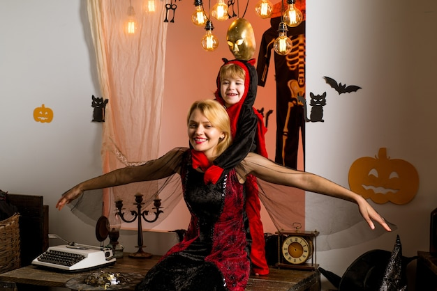 Mère sorcière et petite goule. jeu d'halloween. concept de vacances halloween - mère et fils. décoration d'halloween et concept effrayant. fond d'halloween. 31 octobre.