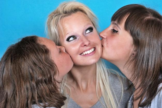 Une mère sourit quand elle reçoit un baiser sur la joue de sa part