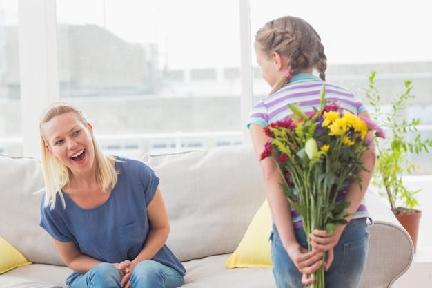 Mère surprise, regarder, girl, cacher, bouquet