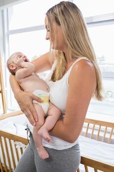 Mère tenant son bébé