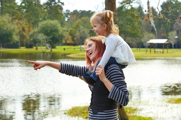 Mère, tenue, fille, épaules, lac