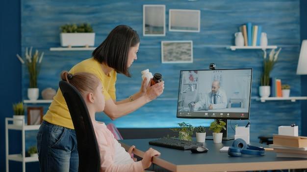 Mère utilisant un appel vidéo avec un médecin pour un traitement de santé