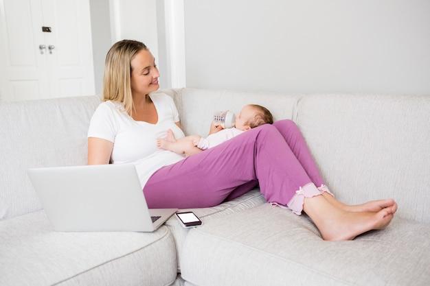 Mère, utilisation, ordinateur portable, quoique, alimentation, bébé, lait, bouteille