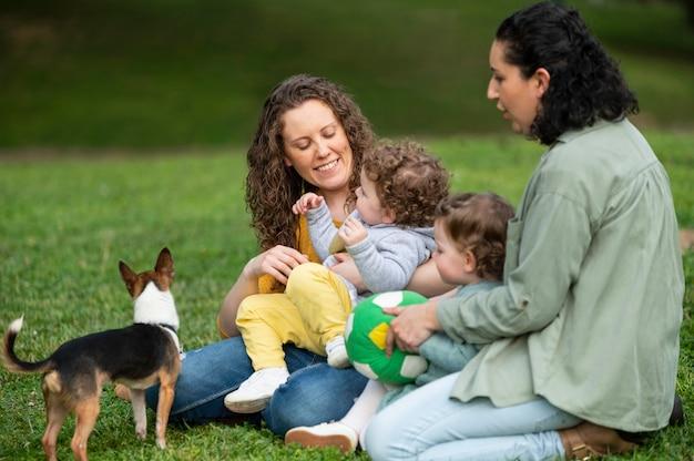 Mères lgbt dehors dans le parc avec leurs enfants