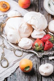 Meringue à l'abricot et à la fraise