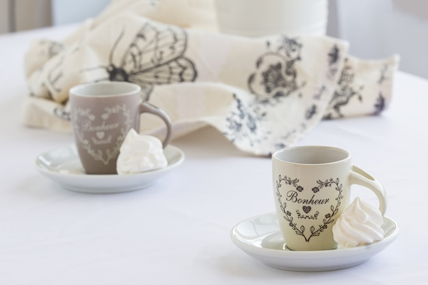 Meringue blanche sur une assiette se bouchent avec café, petit déjeuner, pause