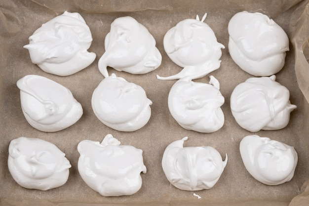 Meringue sur papier parchemin processus de cuisson libre